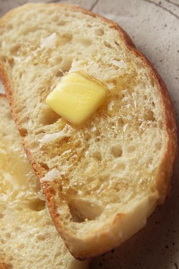 ストウブ鍋で焼くこねないパンが人気ですね。外はパリッと、中はふわっもちっ。本格的なパンを焼くにはスチームオーブンが適しているのですが、ストウブ鍋なら密閉性があり、高温にも対応できるので、同じような効果が生まれるのだとか。