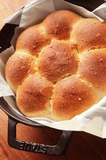 「ちぎりパン」とは、材料を混ぜ、捏ねた後に生地を丸めて入れることにより完成して食べる時にちょうどいい大きさにちぎって食べられるパンです。 最近は、基本的なもの以外にも惣菜を入れ込んだり、デコしたりといろんな作り方で楽しんでいる方が多いようです。