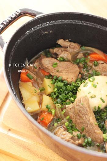 ストウブ鍋は、じっくりことこと煮込む料理などにとても適しています。かたまり肉や骨つき肉などを、ストウブ鍋の重いフタで半圧力状態にして煮込むことで、柔らかでジューシーなできあがりに。