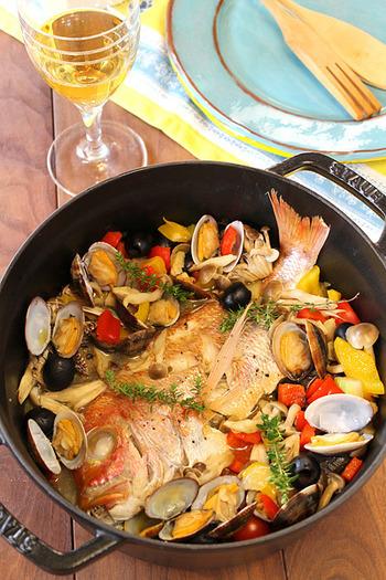 鯛を丸ごと使った魚介たっぷりのアクアパッツァ。鯛とあさり、野菜から出るうま味たっぷりのスープは、バケットにつけるのはもちろん、シメにパスタやリゾットにしても◎