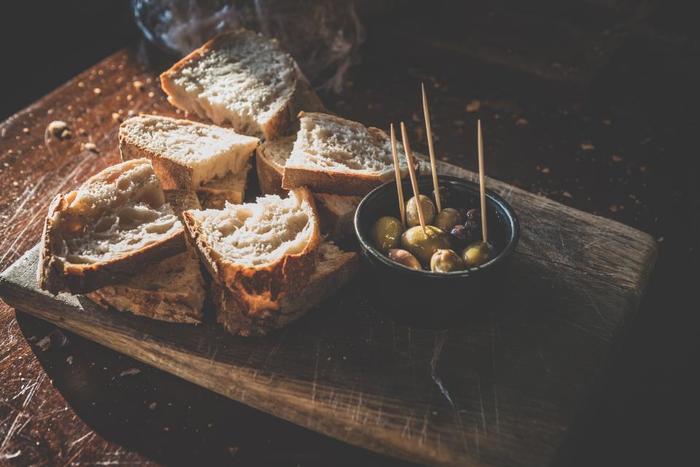 ストウブやフライパンで簡単に作れる手作りパンレシピ、いかがでしたか? 「お腹すいた~何か食べたい!」と思って作れる時短レシピから、前日から用意はいるけれど捏ねずに本格的な味に仕上がるパンなど、どれも美味しそうで作ってみたくなりますね。 皆さんも、気軽に試してみてください♪