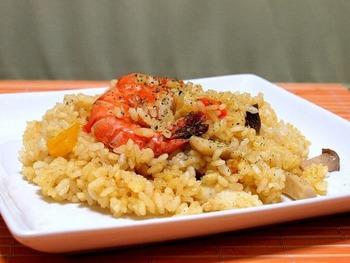 もちろん、洋風の炊き込みご飯もおすすめ。ストウブ鍋なら、パエリア風の炊き込みが、失敗なく簡単にできます。カレー風味が食欲をそそる一品です。