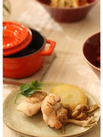 ストウブののミニココットに、肉や野菜を入れて、オーブンへ。小さいサイズのお鍋なら、あまり時間のないときにも手軽に本格的なオーブン料理が楽しめますね。できるだけそのまま置くと、より柔らかくなります。残った煮汁はリゾットに♪