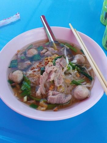 """タイ風ラーメンの""""バミーナーム""""も、現地の屋台で大人気の麺料理です。南国ならではのあっさりした味付けに、お野菜もたっぷりでとってもヘルシー。できあがったバミーナームに、ナンプラーやお酢で味付けすると、さらに美味しくいただけます。"""