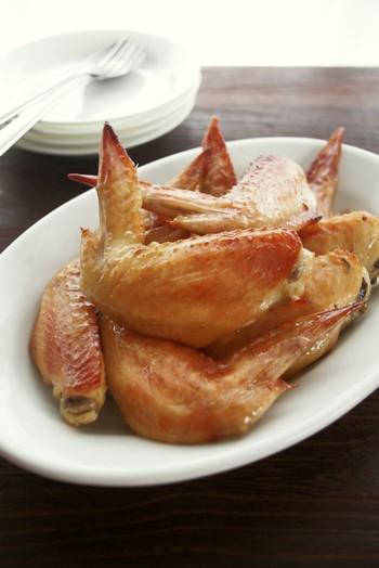 """""""ガイヤーン""""とはタイ・イサーン地方の郷土料理で、タレに付け込んだ鶏を炭火でじっくり焼いた焼き鳥です。自宅で炭火焼は難しいですが、オーブンやオーブントースター、魚焼きグリルなどで焼きます。鶏もも肉で代用してもOK◎"""