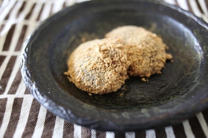 「本わらび餅」 体に良いミネラルたっぷりの粗糖と、風味豊かな本わらび粉、そして京きな粉の絶妙なハーモニー。 一つ口に入れれば、またすぐに次が食べたくなるおいしさです。
