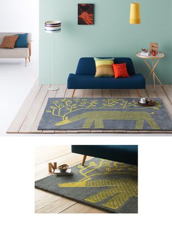 こちらはトナカイの角が枝や草花へと変わっていくデザインが印象的。グレーと黄色のコンビネーションがかわいらしいですね。