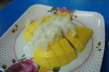 """こちらは、もち米とマンゴーにココナッツミルクをかけた""""カオニャオマムアン""""というデザートです。もち米にココナッツミルクは意外な組み合わせですが、一度食べたらハマってしまう美味しさです。"""