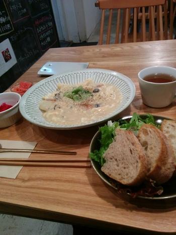 冬メニューの「絹ごし豆腐と豆乳のホワイトシチュー」。 天然酵母のパンもついて、お腹も心も大満足!