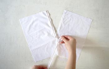 長いものを切って使う時は、柔らかいものの方が切りやすいので、樹脂タイプのファスナーが推奨されています。その代表格コイルファスナーは、ハサミで樹脂ごとカットして、下止はミシンで縫い止めするだけでOKなので、簡単に長さを調節することができますよ☆