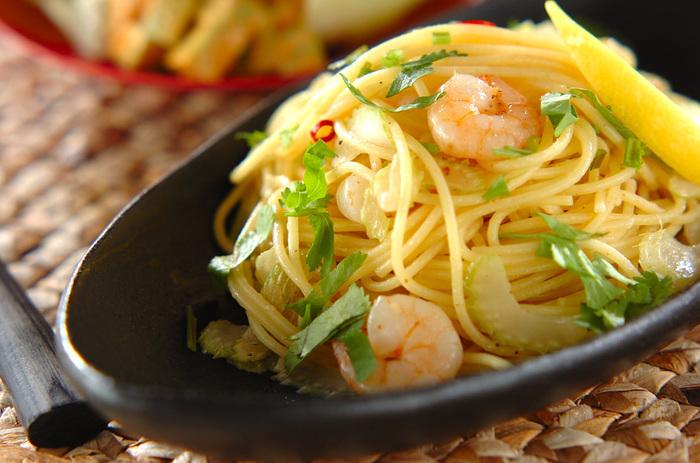ナンプラーはパスタ料理とも相性抜群。意外な使い方ですが、ナンプラーとレモンだけで味付けすると、さっぱりしながらも風味豊かな味わいになります。作り方もとっても簡単です。ナンプラーはお好みで調節して下さい。