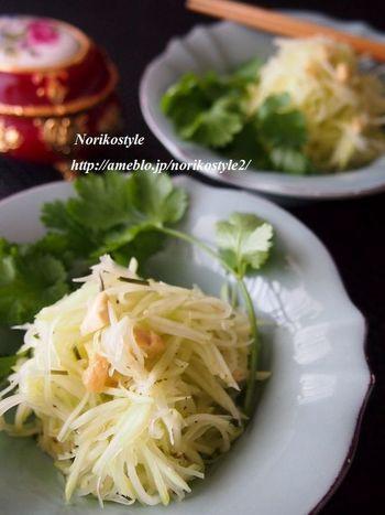 爽やかなレモングラスやナンプラーなど香り豊かなパパイヤのサラダ。カシューナッツの食感をアクセント!