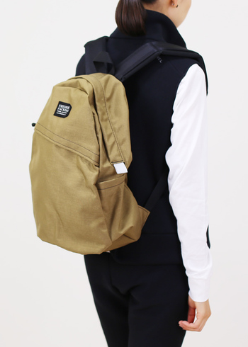 COMMUTE PACK。  一番シンプルな形のバックパックです。服装を選ばずに持てるのが嬉しいですね。