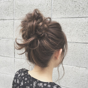 じめじめした暑い夏は、ヘアスタイルも涼しげにしたいもの。髪の毛をササッとまとめてアップスタイルにしませんか?