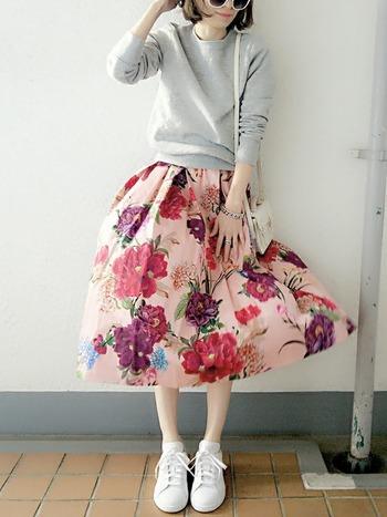 いろいろなピンクが入った花柄スカートは、今年らしさ満点。スウェットやスニーカーとさっぱりと合わせて、甘さを抑えたコーディネート。