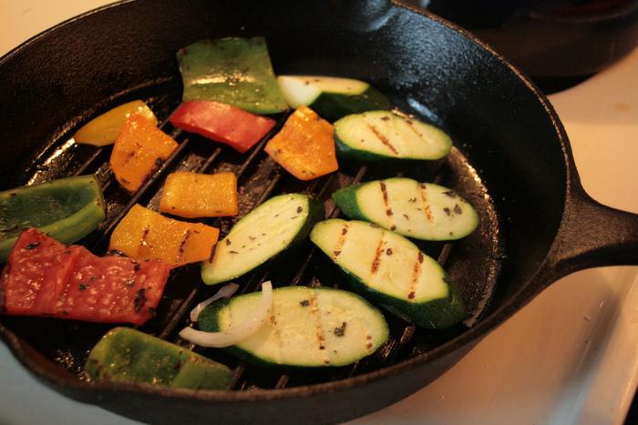 """""""グリル""""は、食材を焼く網や網で焼いた料理などを指して使われる言葉ですが、「焼く」というシンプルな方法で楽しめるレシピはたくさんあります。おいしさのポイントは「直火」で焼けること。シンプルな方法なのに、外はカリッと、中はジューシーな味わいに仕上げることができるんですよ。"""