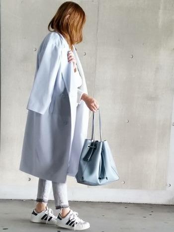 空色みたいなパステルブルーは、大人っぽくも着こなせます。白いアイテムと合わせて、爽やかでとてもきれいな着こなしに。