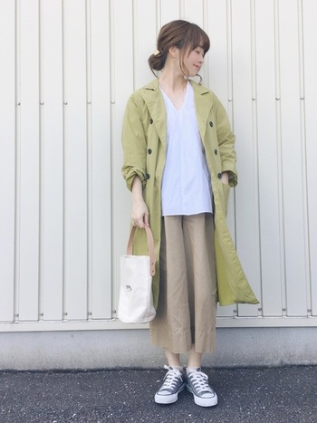 ピスタチオみたいなグリーンのトレンチコート。ベージュやグレーのアースカラーは、それぞれとても相性がよく、程よいリラックス感漂うナチュラルな着こなしに。