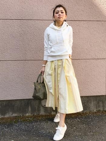きれいなパステルイエローのスカートは、カジュアルにもきれいめファッションにも◎。スウェットやスニーカーのカジュアルスタイルが、ぱっと華やかで女性らしい雰囲気をプラスしてくれます。