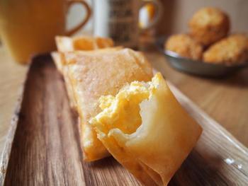 卵サンドやチキン南蛮で作ったタルタルソースの残りを、春巻きの皮で包んで揚げたレシピ。カリカリ食感とトロトロ食感が絶妙です。