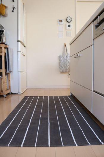キッチンラグは床を汚さないだけでなく、キッチンをオシャレに変えてくれます♪