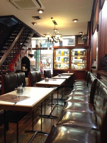 こちらの創業は昭和7年。京都最古の喫茶店と言われています。時代を感じさせる油引きの床、レンガの壁、柱時計...ブラウンが基調の落ち着いた店内は雰囲気満点。