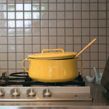 カラフル&キュート!キッチンがパッと明るくなるお鍋は、置いてあるだけで幸せな気分に。