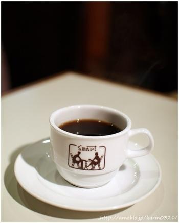 珈琲の種類は、オリジナルブレンドのみ。毎朝自家焙煎している豆を使ってネルドリップで淹れてくれる珈琲は、しっかりとコクがあり強めですが後味はスッキリ。とてもバランスのいいブレンドです。 老舗喫茶店の自家焙煎珈琲はしっかりと濃いめが基本ですね。