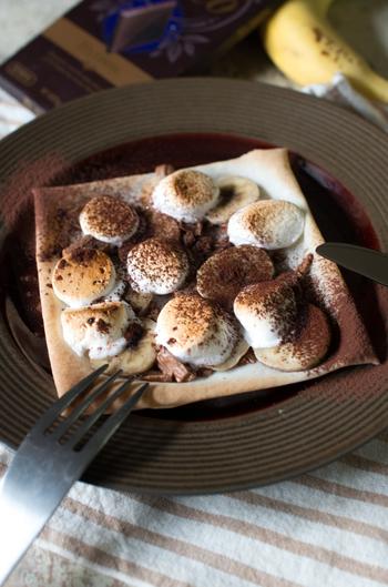 チョコとバナナはみんな大好きな組み合わせ。マシュマロのふわとろ食感がパリパリ春巻きとよく合います。