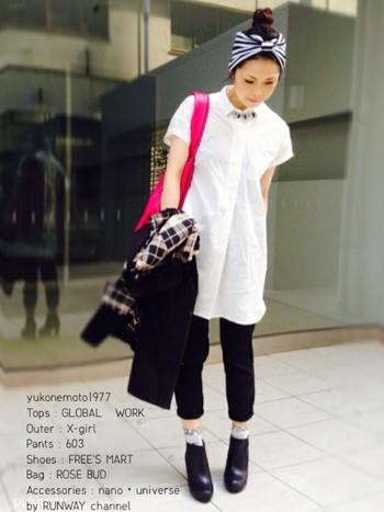 白シャツにブラックスキニーのシンプルなモノトーンコーデを、鮮やかなヴィヴィッドピンクのバッグや、ストライプのヘアターバンなどの小物使いで自分らしスタイルに。鮮やかなピンクが華やかでキュート。