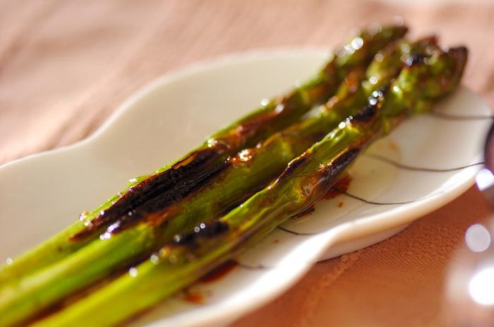 アスパラガスを切らずに使う存在感のあるレシピです。こんがり焦げ目が付くまで焼くのがポイントですが、調理時間に気を配って焦げ過ぎないように作りましょう。そのまま食べても美味しいですが、マリネにして冷やしていただきます☆