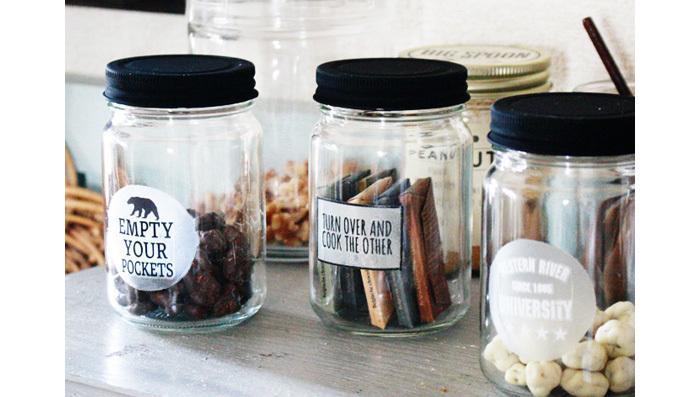 おしゃれなキッチンに欠かせないのが、カフェ風のラベルシール♪わざわざボトルを用意するのが面倒な方は、市販のボトルのラベルを張り替えるだけでも、ずいぶん印象が変わります。