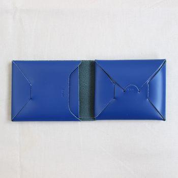 二つ折りタイプのSeamless Short Wallet(シームレス ショートウォレット)は、さらにコンパクトサイズに!スタイリッシュなブルーも素敵。こちらも革を折り込んで組み立てられています。思わず解体してみたくなりますね。