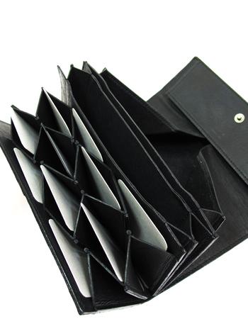 ダブルスナップボタンで開閉も楽。大きく広がり、カード入れ部分は人気のハニカム構造となっています。忙しいときも必要なカードの出し入れがスムーズに◎