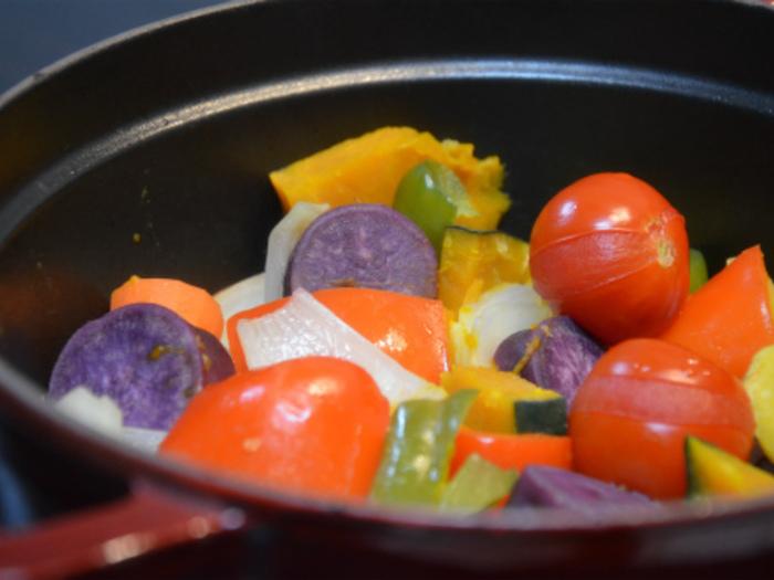 フタの裏のピコ(突起)がうまみを含んだ水分を鍋の中に戻すストウブなら、蒸し料理もよりおいしくできます。蒸し野菜も水なしで柔らかく、しかも塩だけのシンプルな味つけでも驚くほど野菜のうまみが引き出されます。