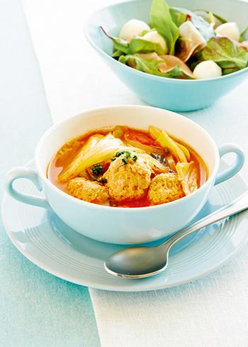 シンプルな食材を、オーソドックスなトマトスープに。春が旬の春キャベツは、煮込むことでより甘く、柔らかくなります。