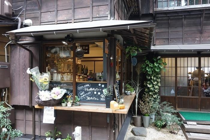 日本で初めての塩とオリーブの専門店「おしおりーぶ」。こだわりの塩やオリーブオイルが試食をして購入できます。