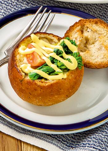 和の食材の印象が強い菜の花ですが、こんなオシャレな洋食にも使えます。マヨネーズで炒めた具材に、菜の花のほろ苦さや香ばしいパンの相性が◎!