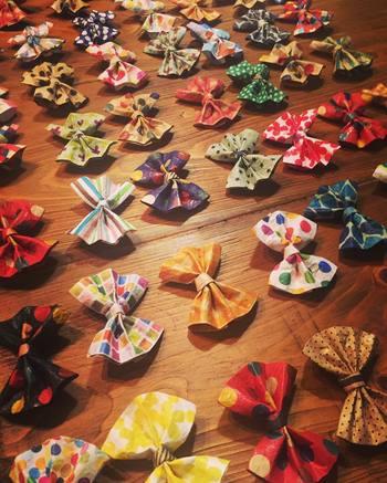 紙をくしゅくしゅっと折り畳んで作れるリボンは、ラッピングの仕上げに使いたい素敵なアイテムです。カラフルな蝶ネクタイでプレゼントもおめかしさせてみませんか?
