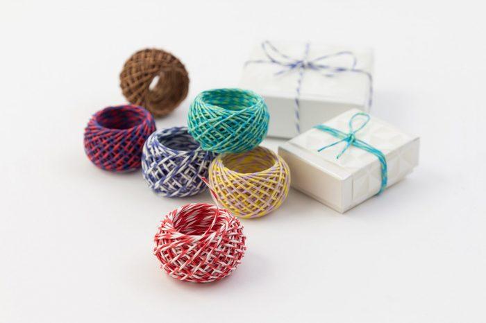 包むのに欠かせないのがひもやリボンなど。こういったアイテムもChottoオリジナルで揃えられます。紙ひもはChottoのペーパーにぴったりの色合いでプレゼントをトータルでコーディネートできます。