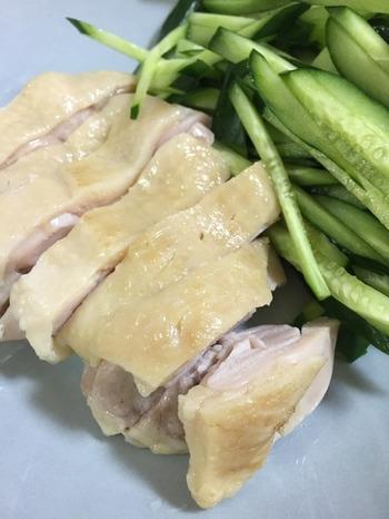 塩麹に漬け込み、ストウブ鍋で作る蒸し鶏は、ふっくら柔らかで味わい豊か。鍋底にねぎを強いて蒸すのがコツのようです。メインはもちろん、サラダやごま和えなど大活躍する蒸し鶏は、ぜひ常備しておきたいですね。