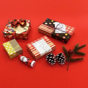 """クリスマスの贈り物は、""""Chotto""""の定番アイテム・オリガミオリガミを、マスキングテープでパッチワークのように組み合わせたラッピングです。クリスマスらしいカラーや柄を選んだり、あえて紙質を変えてみたりと、自分だけのオリジナルのラッピングが楽しめます。"""