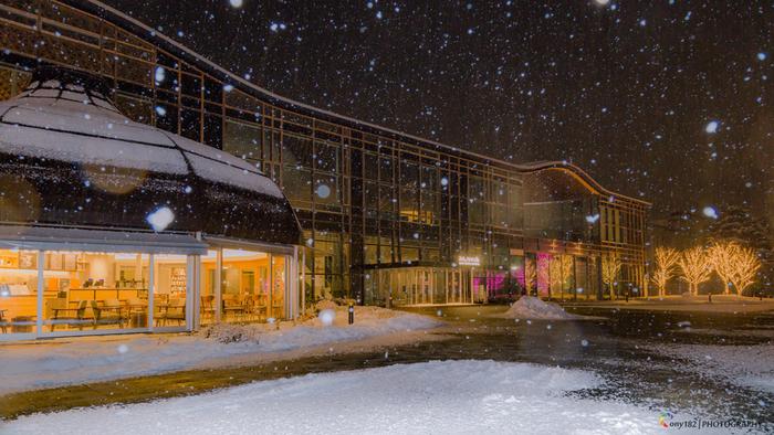 雪の多い岐阜の街で、『みんなの森 ぎふメディアコスモス』の光が、幻想的に人々を誘います。