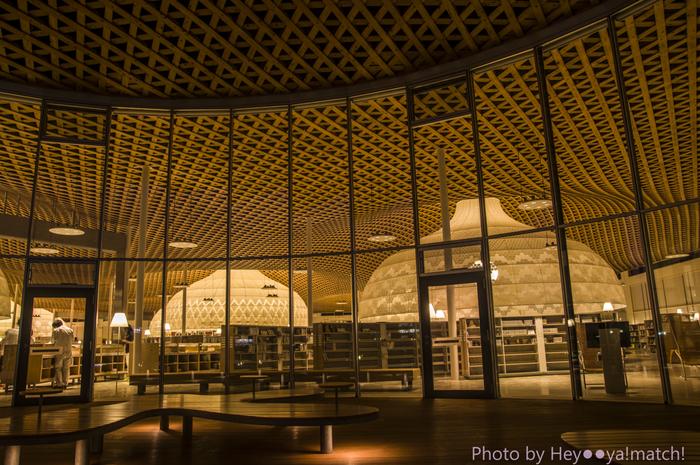 """この図書館の特長は、一目瞭然。緩やかに湾曲した木造の格子屋根から下げられた、""""グローブ""""と呼ばれている巨大なランプシェード。このグローブの下では、図書館を訪れた人が、とても柔らかく暖かな光に包まれ、ゆったりと本の世界に浸ることが出来るんです。1つ1つ異なる、グローブのデザインにも注目してみてくださいね。"""