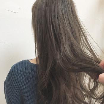 シャンプー後の濡れた髪は、先ほどもお伝えした通りキューティクルが開いた状態。ですから、髪に栄養を与えるトリートメントを使うグッドタイミングでもあります。 トリートメントは、髪をこすらないように指先で優しく揉みこむようになじませましょう。