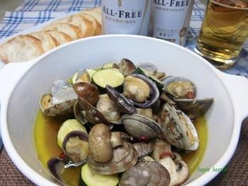 アサリも、オリーブオイルとの相性は抜群。ズッキーニにもアサリのうま味がしみ込んで、美味しくいただけます。
