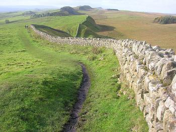 ローマ帝国の国境線は海を渡りイギリスにまで続いています。現在のスコットランドとの境界線の近くにある「ハドリアヌスの長城」は、第1回視察旅行中の122年にハドリアヌスの指示により建設が始められました。総延長は約117.5kmもあり、イギリス・ブリテン島の西から東まで貫くほどの長さに圧倒されます。