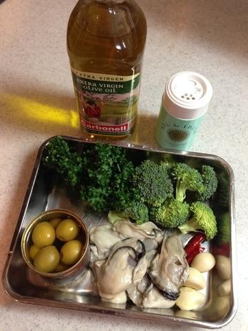 基本的な材料はお好みの具材と、にんにく、鷹の爪、塩、オリーブオイル、お好みのハーブと、とてもシンプル。  作り方は簡単! 基本は、オリーブオイルに潰したニンニクとパセリ・鷹の爪などを入れ、具材を煮るだけ。トースターでも作れます♪  具材をオイルで煮るだけなので、失敗知らず。具材のダシとニンニクの香りが染みついた香味オイルは、バケットに浸していただきましょう。