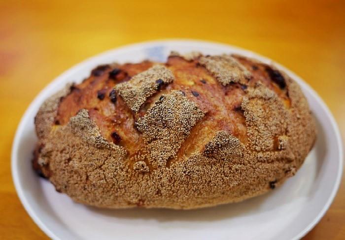お店の代表作は、自家製酵母を使った『安曇野パン カルモ』。くるみやドライフルーツがたっぷり練り込まれ、ファンも多いのです。