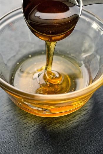 グラノーラに自然な甘みを足してくれる「蜂蜜」。ただし、ハチミツを入れるとガリッとした食感になります。